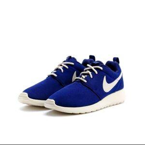 NWOT Navy and Cream Nike Roshe